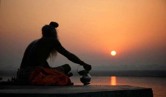 01-india-varanasi-sadhu_sunrise-642x375